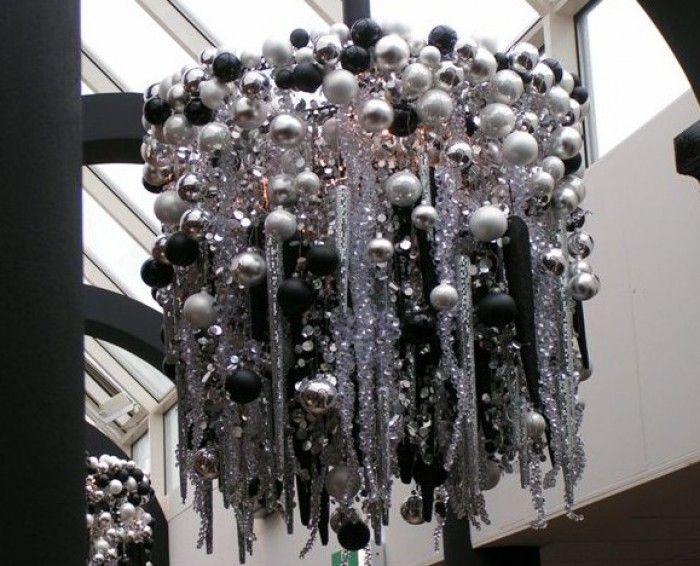 Kroonluchter van kerstballen gemaakt van een wiel van een fiets en helemaal vol gehangen met - Van deco ideeen ...