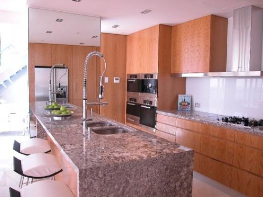 Bancada de granito vermelho bancadas pedras cozinhas for Tipos de pisos de granito