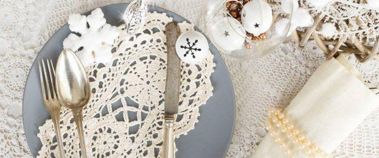 Una tavola di Natale in stile sabbi chic? Non deve mancare il bianco, tanti centrini e tante perle! - #xmas #natale #noel #table #christmas #tavola #shabby