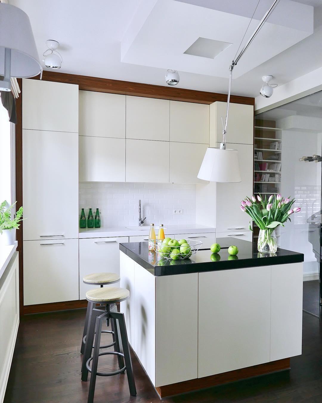 Diese Helle Und Offene Küche Lädt Zum Kochen Essen Und Einem Gemeinsamen Miteinander Ein Das Weiße Interi Küchen Ideen Weiß Moderne Küche Küche Mit Kochinsel