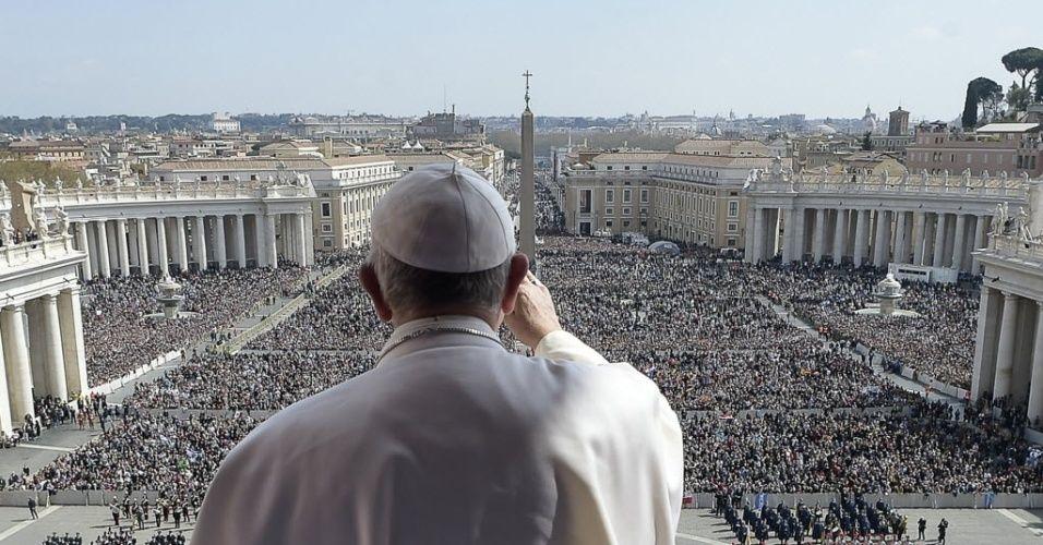 Papa Francisco cumprimenta a multidão depois da missa do Domingo de Páscoa na Basílica de São Pedro, no Vaticano
