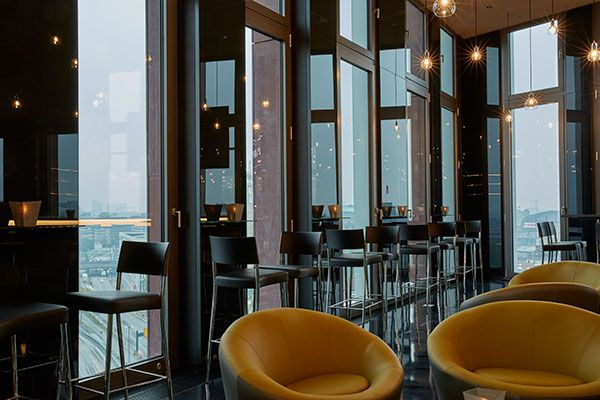 Panoramablick ber hamburg in der bar 11 im hyperion hotel for Hamburg hotel innenstadt