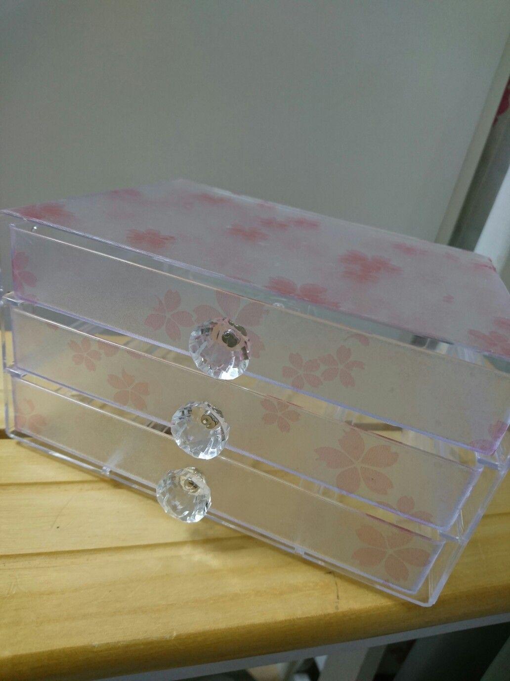 100均リメイク 0円商品のクリア3段引き出しに 桜柄のガラスシートを貼って 持ち手は マグネットを強力接着剤で貼り付けました ダイヤモンド 100均 リメイク 100均 コスメ