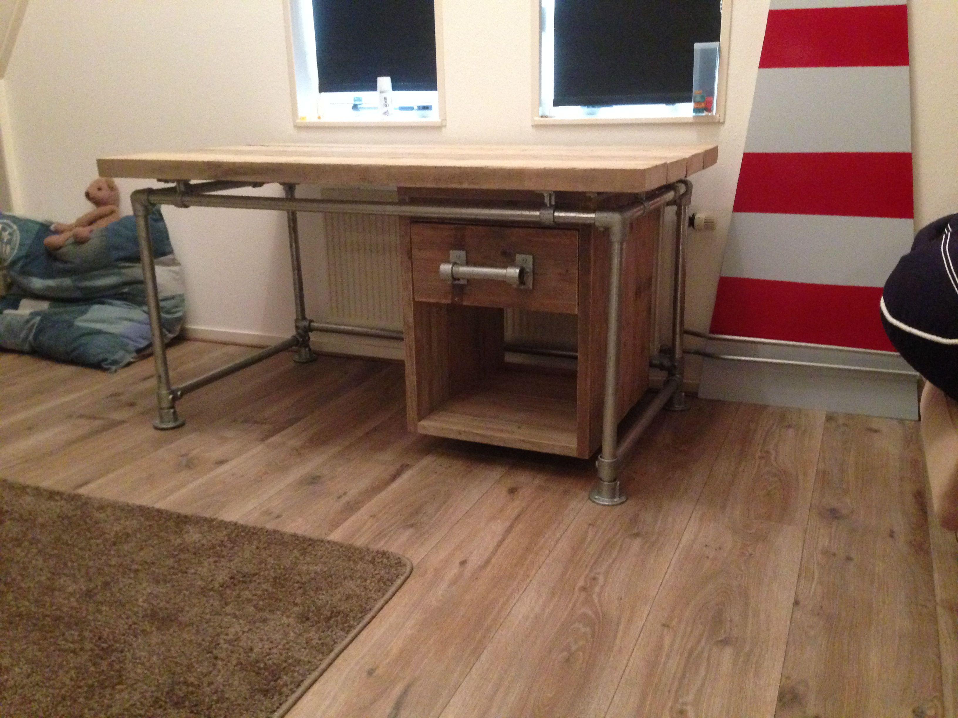 Zwevend Bureau Maken : Bureau met cm dikke oude planken en steigerbuisframe met zwevend
