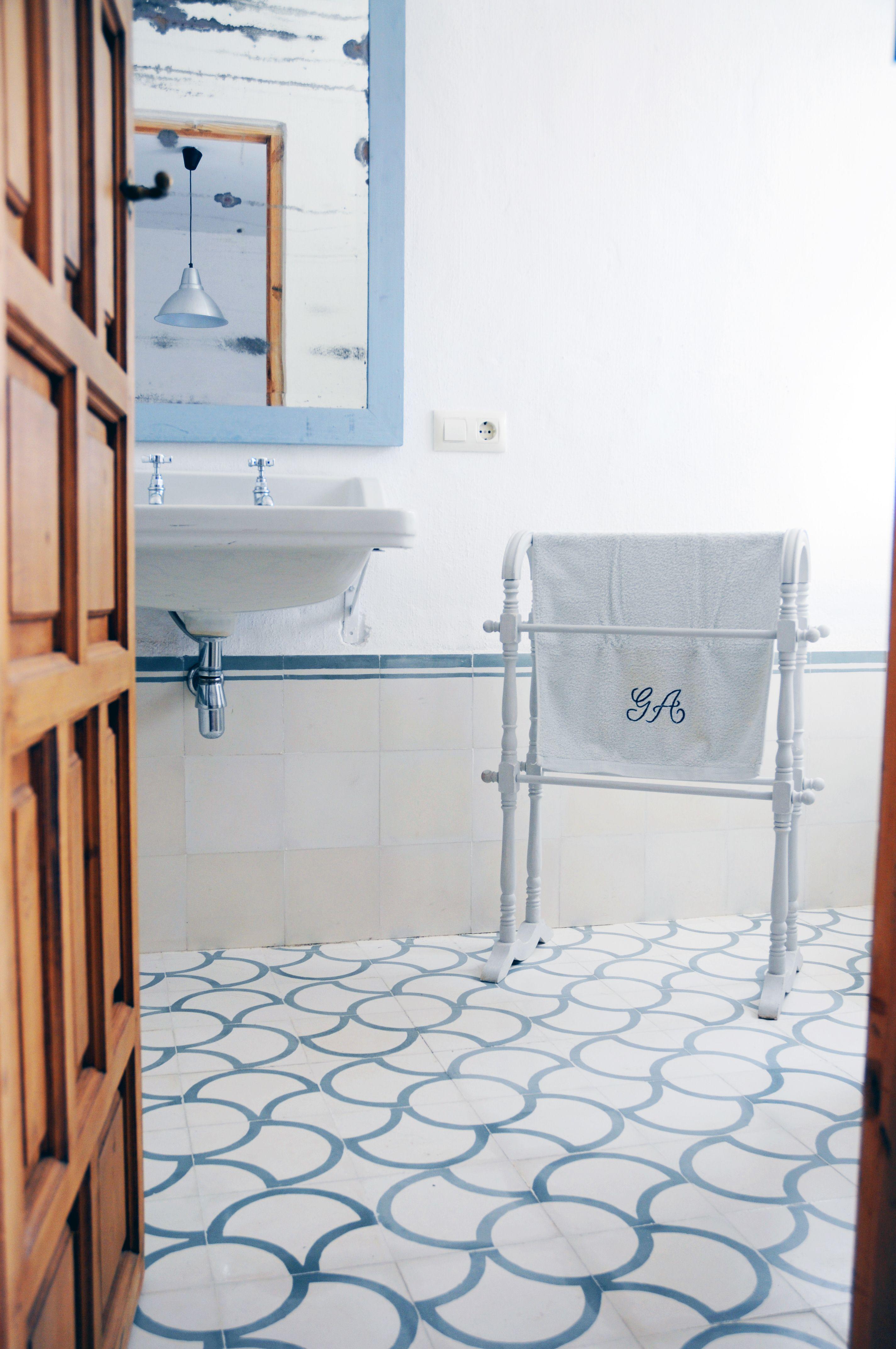 Baño con nuestra baldosa hidráulica Mod. 167 en el suelo y ...