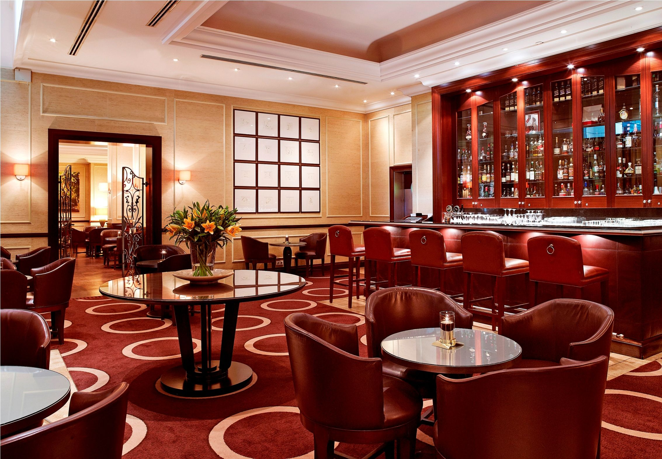 Le Bar Is An Elegant And Relaxing Lounge Serving Light Snacks It Is The Ideal Place To Meet For An Aperitif Or An After Dinner Corinthia Hotel Hotel Hotel Bar
