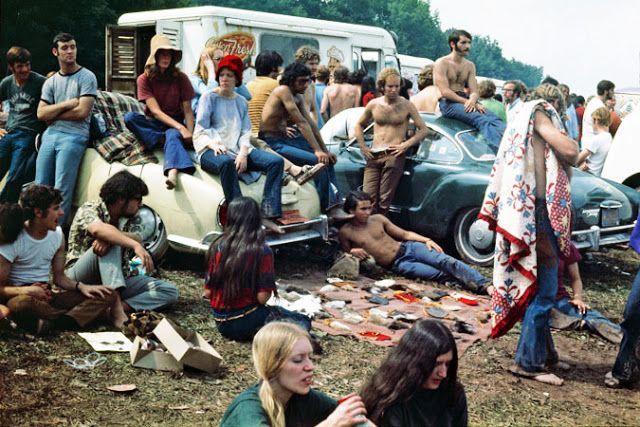 Em 1969 o festival Woodstock saiu fora do controlo e, vários artistas foram modelos da rebeldia juvenil, sendo também ícones de estilo.  Estilo esse que não obedecia a regras ou códigos, onde havia despreocupação do género. Nesta época foi quando começaram também a usar diversos acessórios que classificariam a era aquariana.
