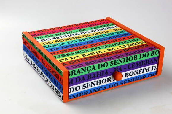 Porta guardanapo grande em madeira forrado com tecido de Senhor do Bonfim.A cor de dentro pode ser escolhida pelo cliente. R$ 30,00