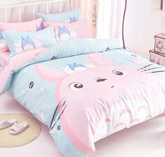 en mi cama las s banas y mantas son de totoro porque la