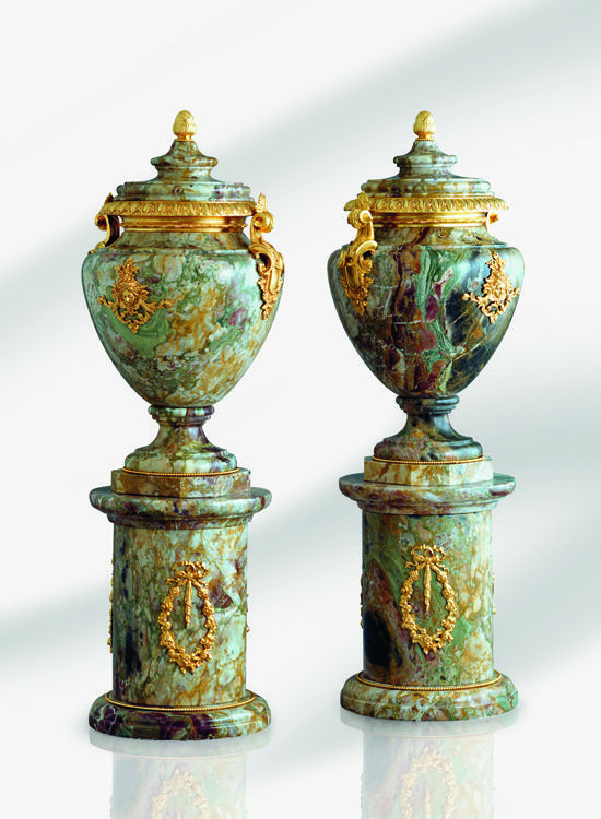 Efes Urne and Efes Column in Breche Du Bearn marble and 24K gold plated bronze by Baldi Home Jewels #HomeJewels #marble #classicdesign #classicfurnitures #luxuryfurnitures #luxury