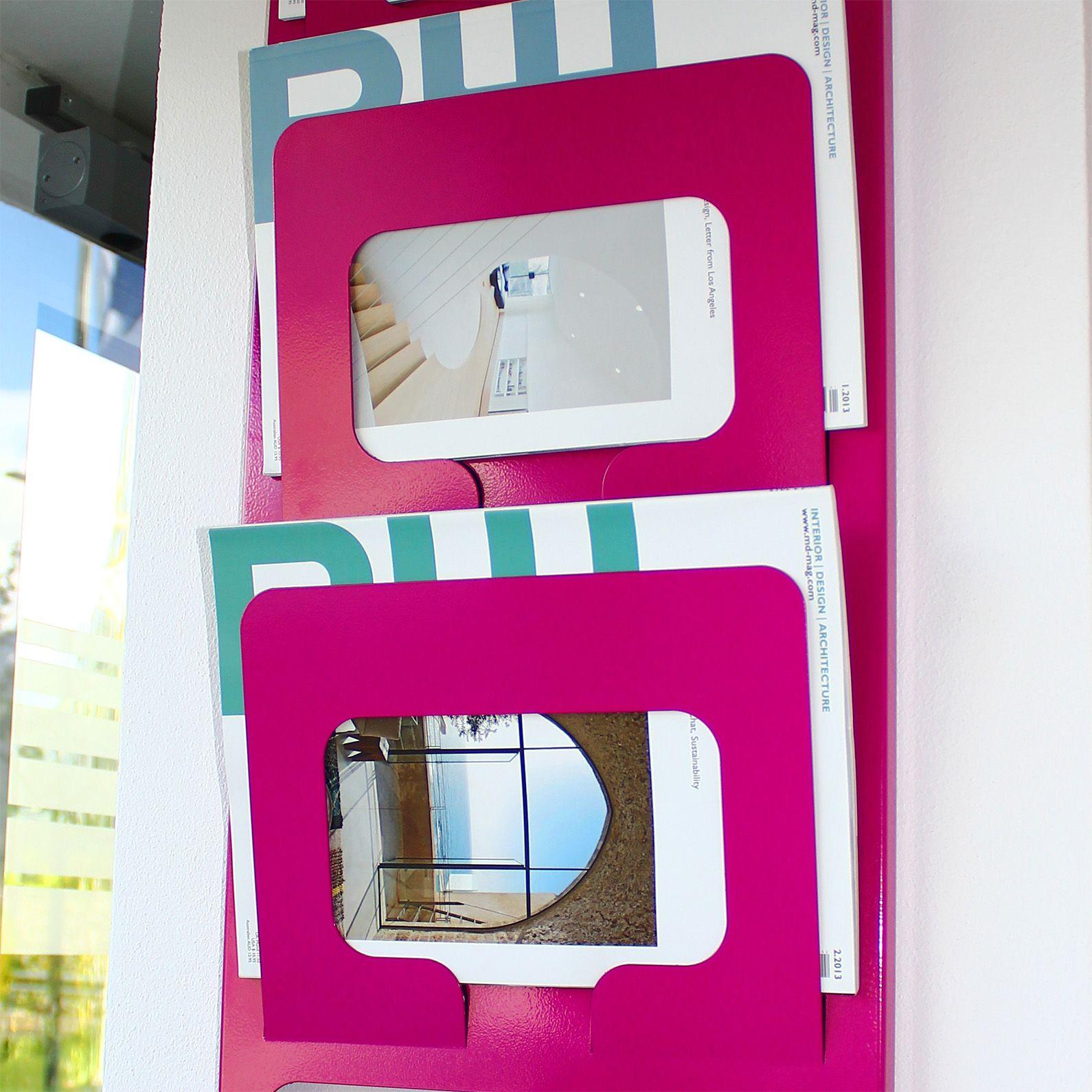 design zeitschriftenhalter aus metall f r die wand purpur prospektst nder pinterest. Black Bedroom Furniture Sets. Home Design Ideas
