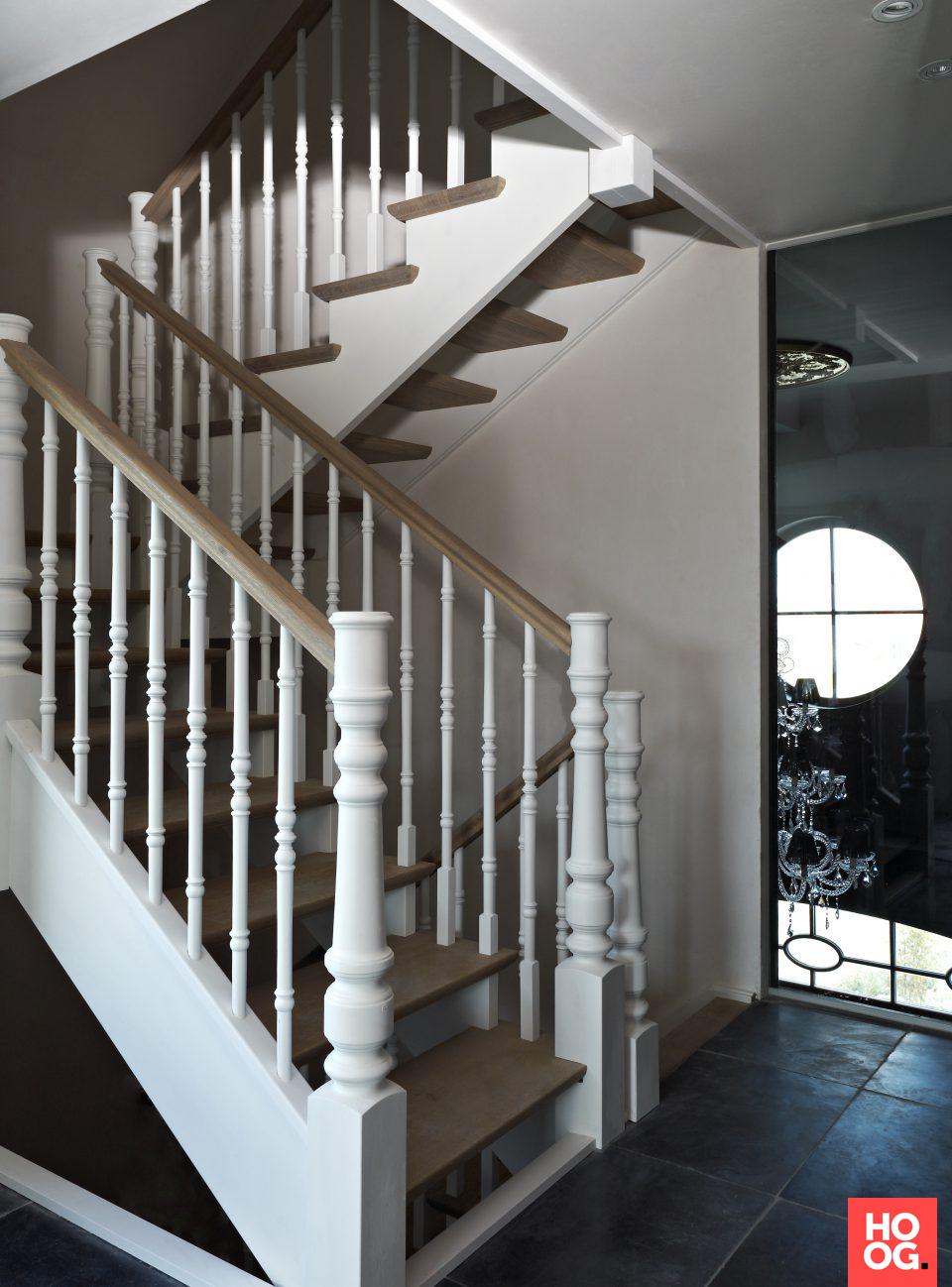 Klassieke trap met witte trapspijlen en houten treden | hal inrichting | interieur inspiratie | hallway ideas | Hoog.design #halinrichting