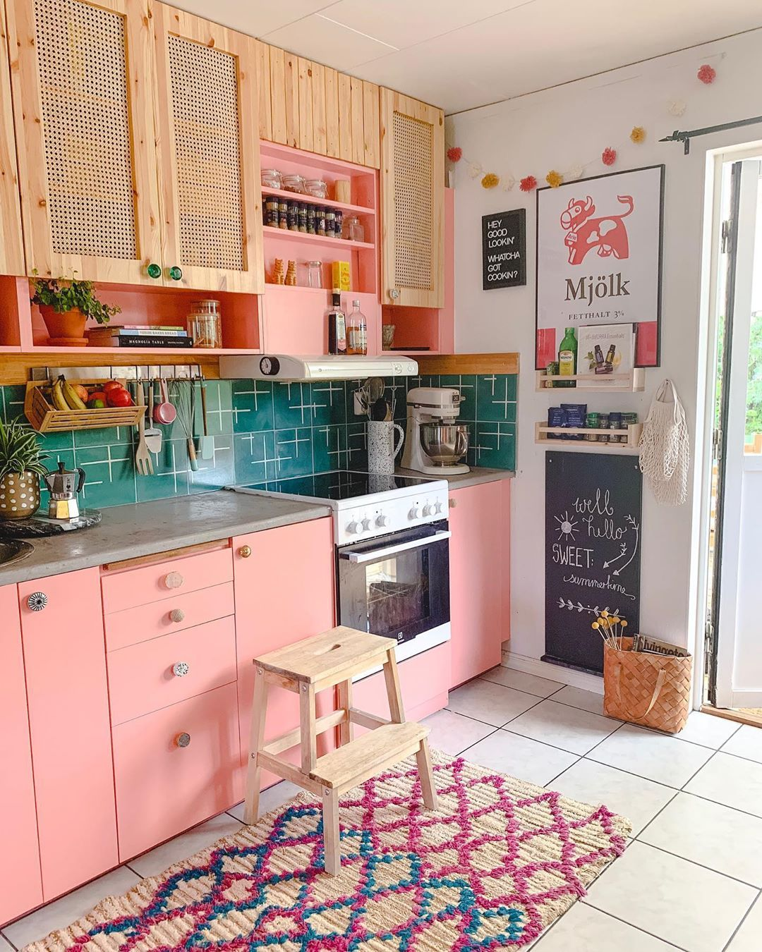 8 Colorful Kitchen Cabinets – Flea Market Finds: Home and Garden Decorating Ideas by Expert Interior Decorators