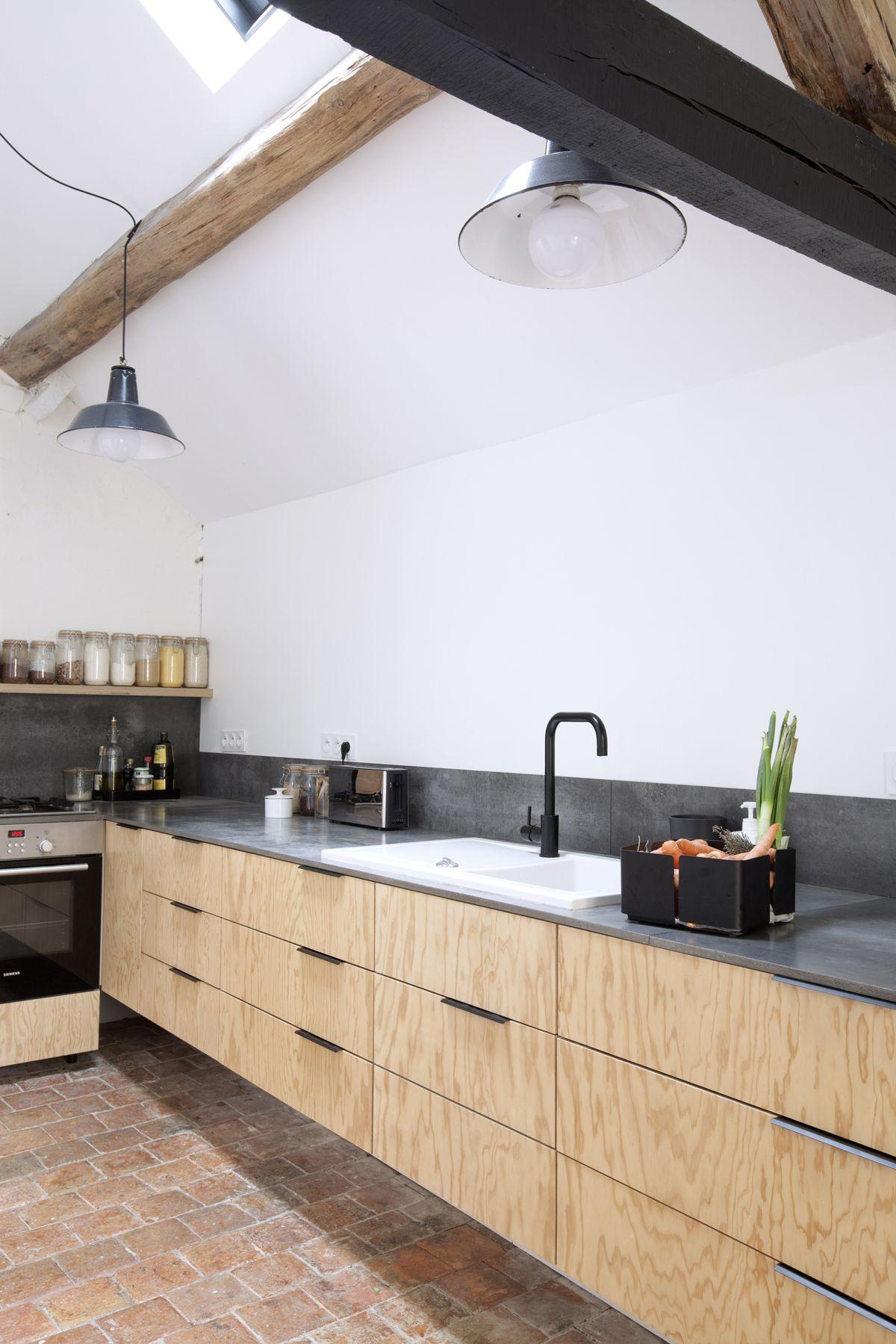 Cuisine Minimaliste Dans Une Maison De Campagne Avec Ses Poutres Et Tomettes D Origine Meuble Cuisine Minimaliste Cuisine Moderne Interieur Moderne De Cuisine