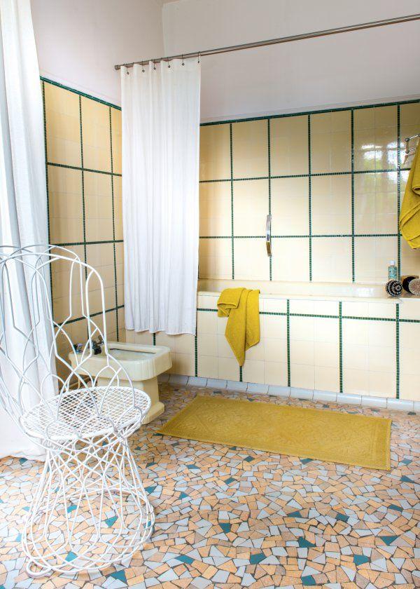 Une salle bain rétro jaune. Source : houzz.fr | Salle de bain ...