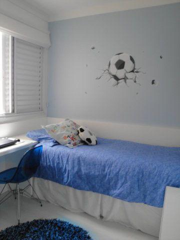 Branco e diferentes tonalidades de azul enfeitam o quarto de um menino de oito anos em São Caetano do Sul (SP). A cama encostava na parede aumenta o espaço de circulação no quarto. A área do ambiente, assinado pela arquiteta Silvia Perez, é 10 m².