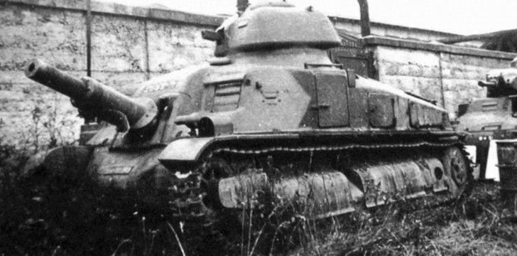 Experimental French self-propelled gun SAu 40 based on the tank Somua S35. Abandoned SAu 40 has either makeshift or unfinished camouflage. SAu 40 was developed by SOMUA in 1935-1937. Self-propelled gun was in the front part of the body of 75-mm cannon mle.1929 and a single turret with 7.5-mm machine gun. Location: Compiegne, France Date: summer of 1940