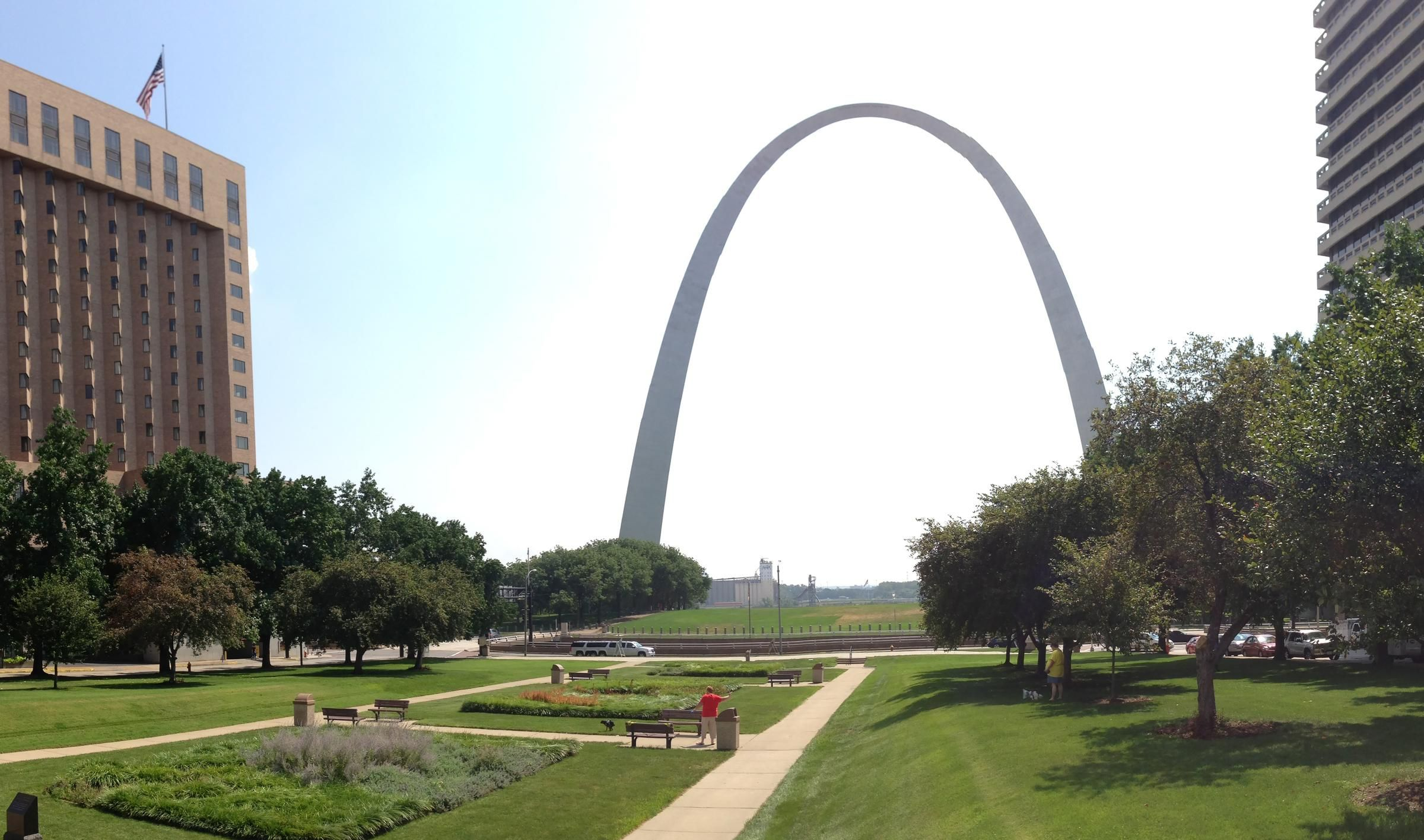 les_looking_towards_arch_before.jpg (2400×1417)
