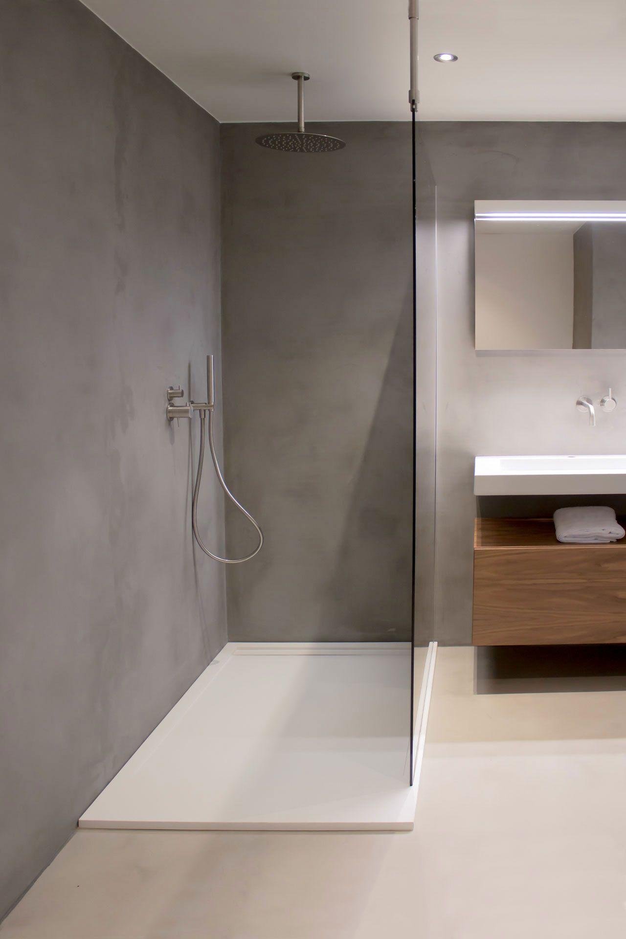 Badkamer met een inbouwkraan, solid surface wastafel, spiegel met ...