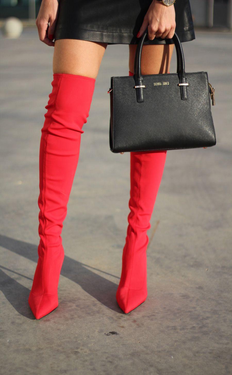 a8ea2ebb385 Botas rojas altas mango bolso mano negro