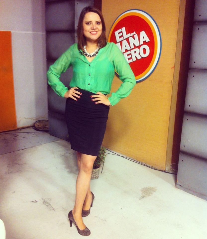 2d943701a2 Blusa verde de gasa y falda negra tubo. Zapatos clásicos de piel. Accesorios   collar negro con piedras brillantes.
