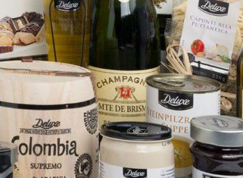 """Lidl: Deluxe-Paket mit Champagner für 30 Euro frei Haus https://www.discountfan.de/artikel/essen_und_trinken/lidl-deluxe-paket-mit-champagner-fuer-30-euro-frei-haus.php Edles vom Discounter: Ein """"Deluxe Geschenkpaket Genießer"""" inklusive Champagner und 14 weiteren Artikeln können sich Discountfans jetzt bei Lidl online für 29,99 Euro sichern – die eine oder andere Gourmet-Mama wird sich auch am Muttertag darüber freuen. Discountfan.de zeigt, mit... #C"""