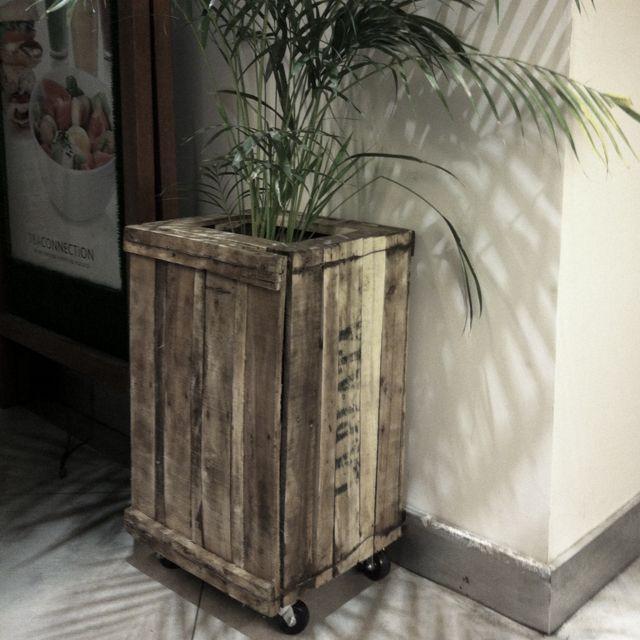 Cajones de verdura hechos macetero con ruedas cajones for Diseno de muebles con cajones de verduras