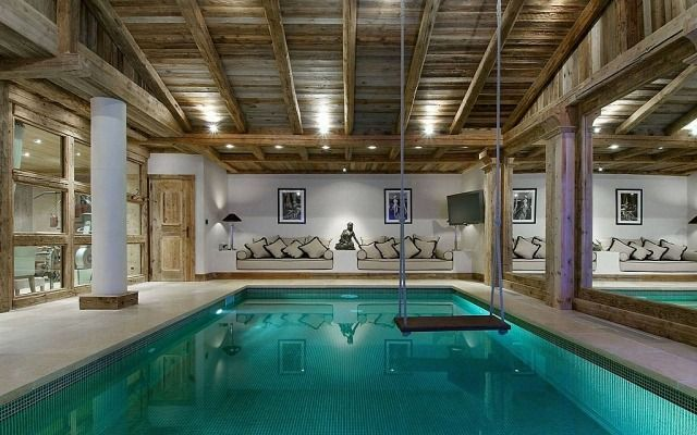 Indoor pool einfamilienhaus  Rustikale Holzbalken-Decke Gestaltungsideen für Indoor-Pool mit ...