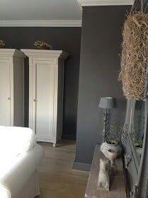 mooie kleuren: houten vloer, donkere muur, lichte meubels ...