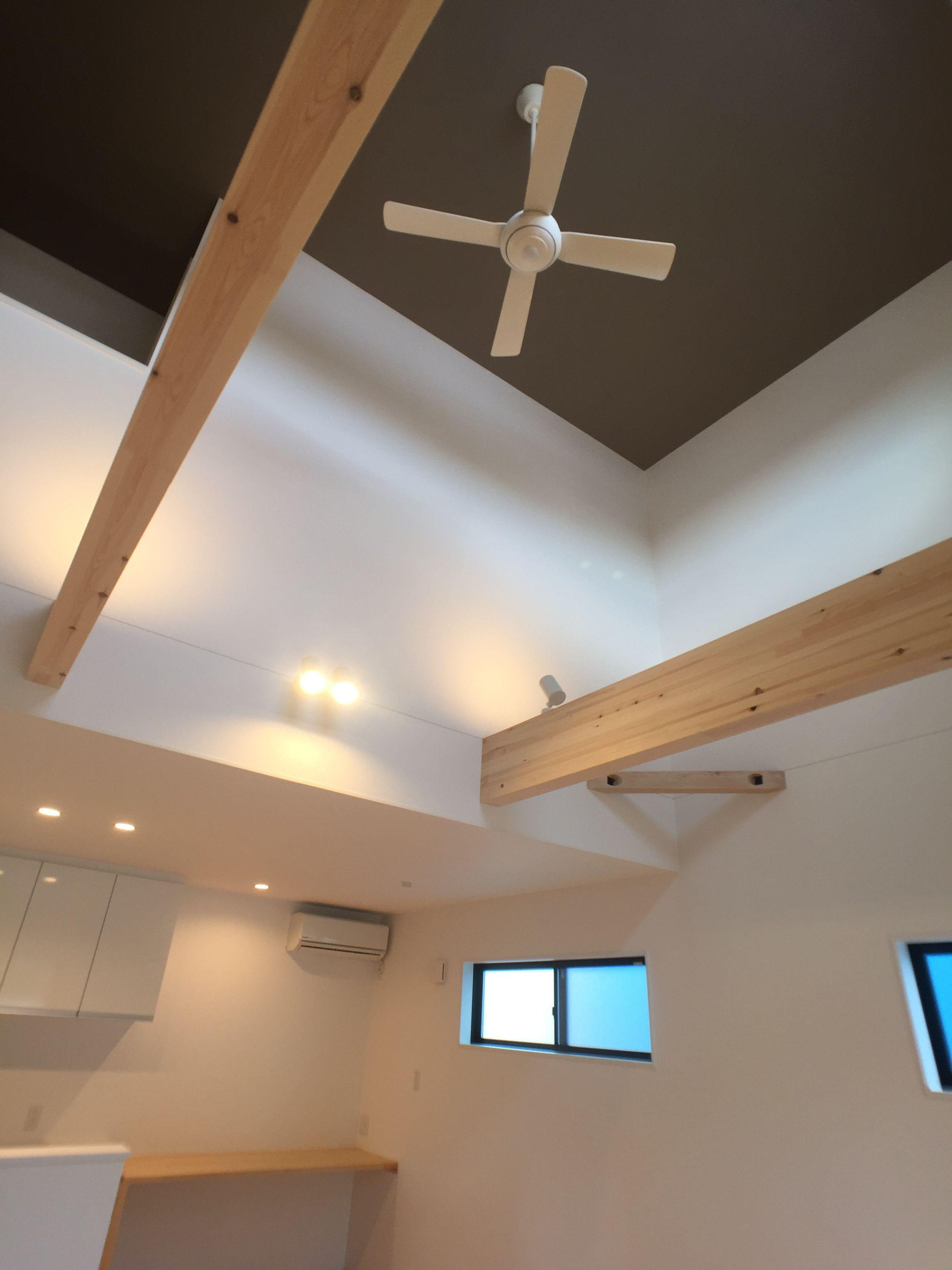 吹き抜け天井にはアクセントクロスを貼り ホワイトのシーリングファン