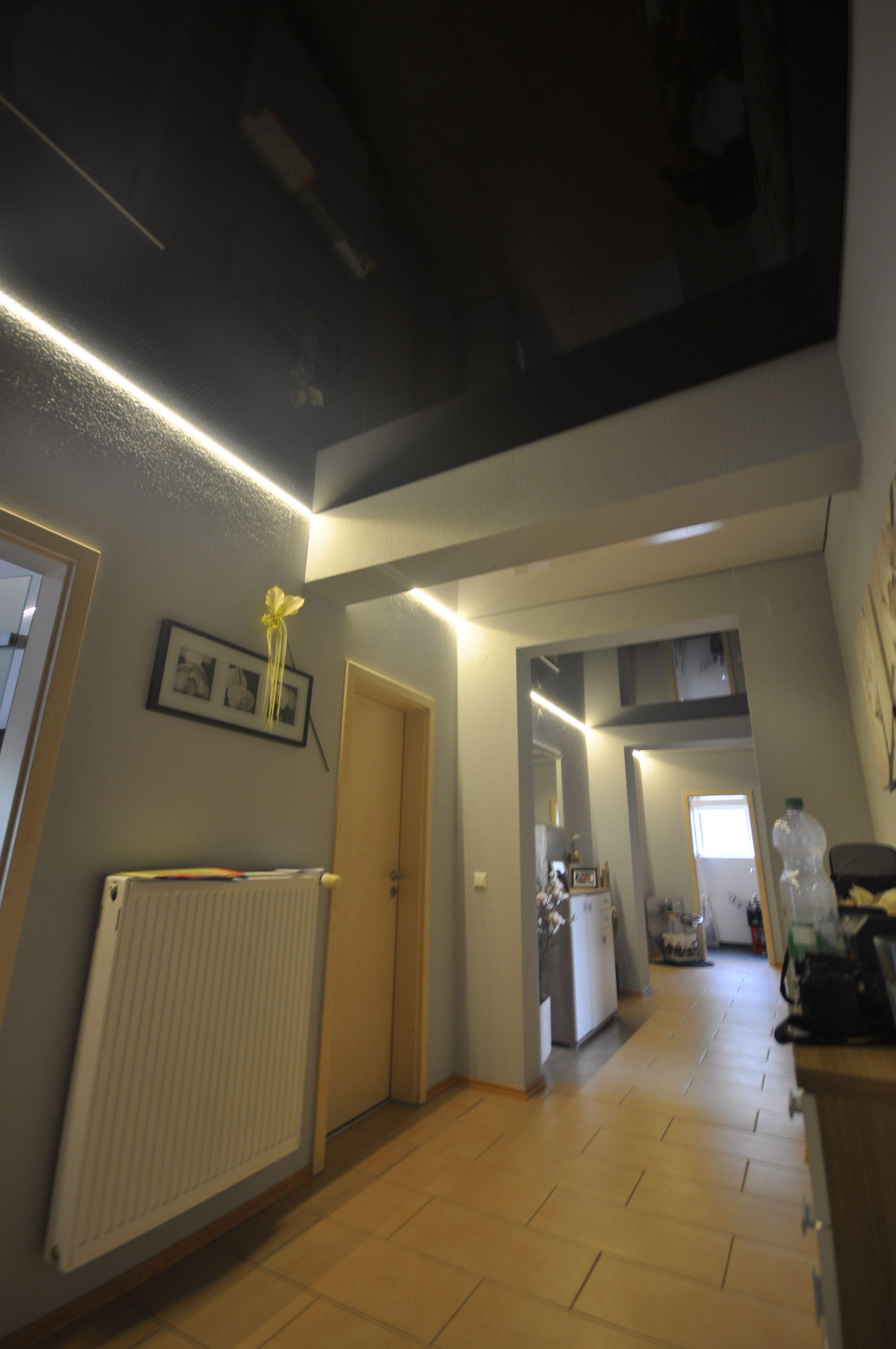 Schwarze Hochglanz Spanndecke Im Flur Mit Led Beleuchtung In Der Schattenfuge Decke Flur Deckengestaltung Wohnzimmer Deckengestaltung Moderne Deckengestaltung