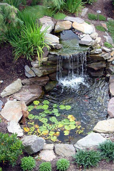 Une Cascade D Eau Dans Un Bassin De Jardin Parfaitement Integre A La