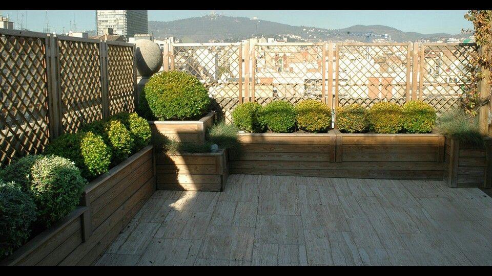 Terraza con jardinera de madera y celosia jard n - Celosia de madera para jardin ...