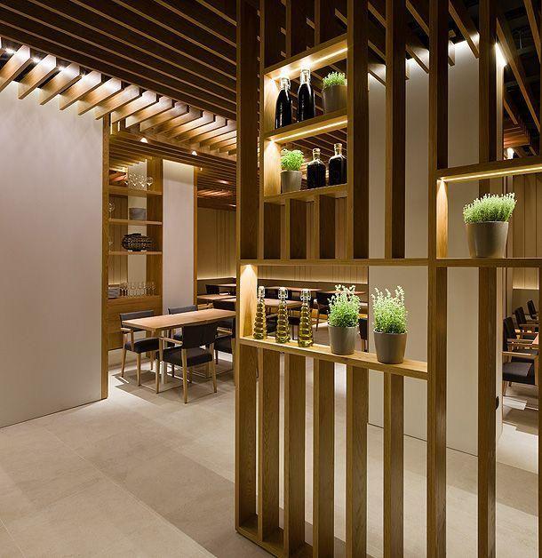 Divis ria com ripas e nichos em marcenaria restaurante for Decoraciones internas