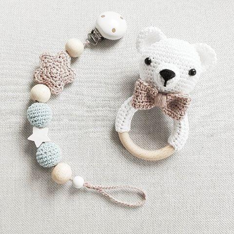 Ein kleiner Eisbär :-) im Set mit passender Schnullerkette @mianna_mara #häkeln #crochet #gehäkelt #bär #eisbär #bear #weiß #rassel #schnullerkette #baby2016 #handmade #geschenkzurgeburt #crochetbear
