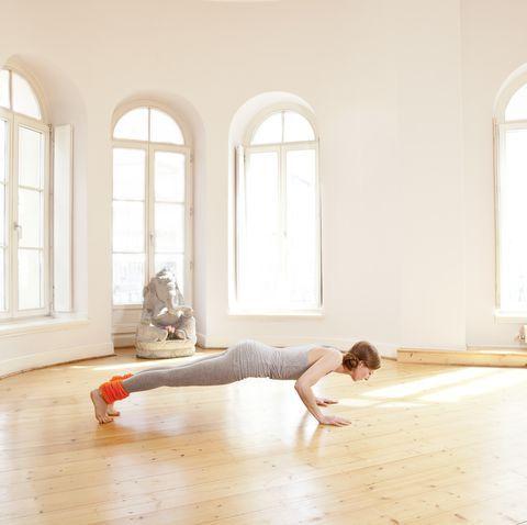 カロリー消費量が多いヨガのポーズ7選  chaturanga dandasana yoga studio