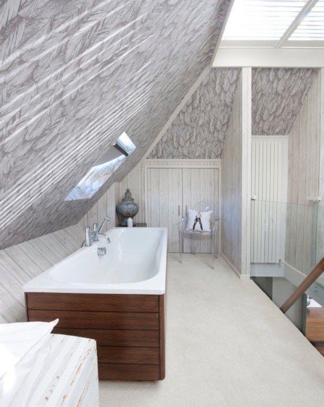 Modernes Bad mit Dachschräge-Wandmuster-Badewanne mit Holz ...
