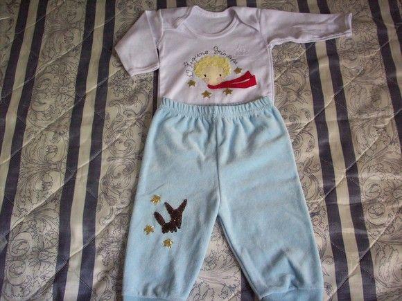 Conjunto para bebê contendo: - body manga comprida em malha  -calça em plush azul -casaco em new soft branco bordado frente e costas.
