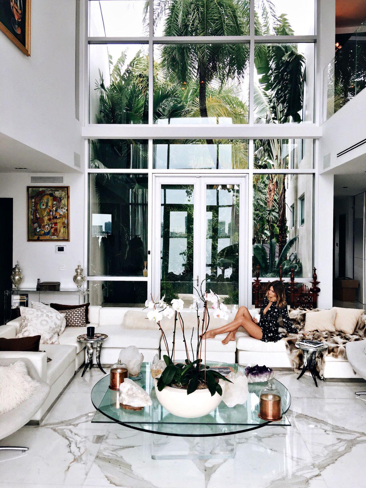 ceci est mon salon. c\'est tres moderne. les plants degagent ...