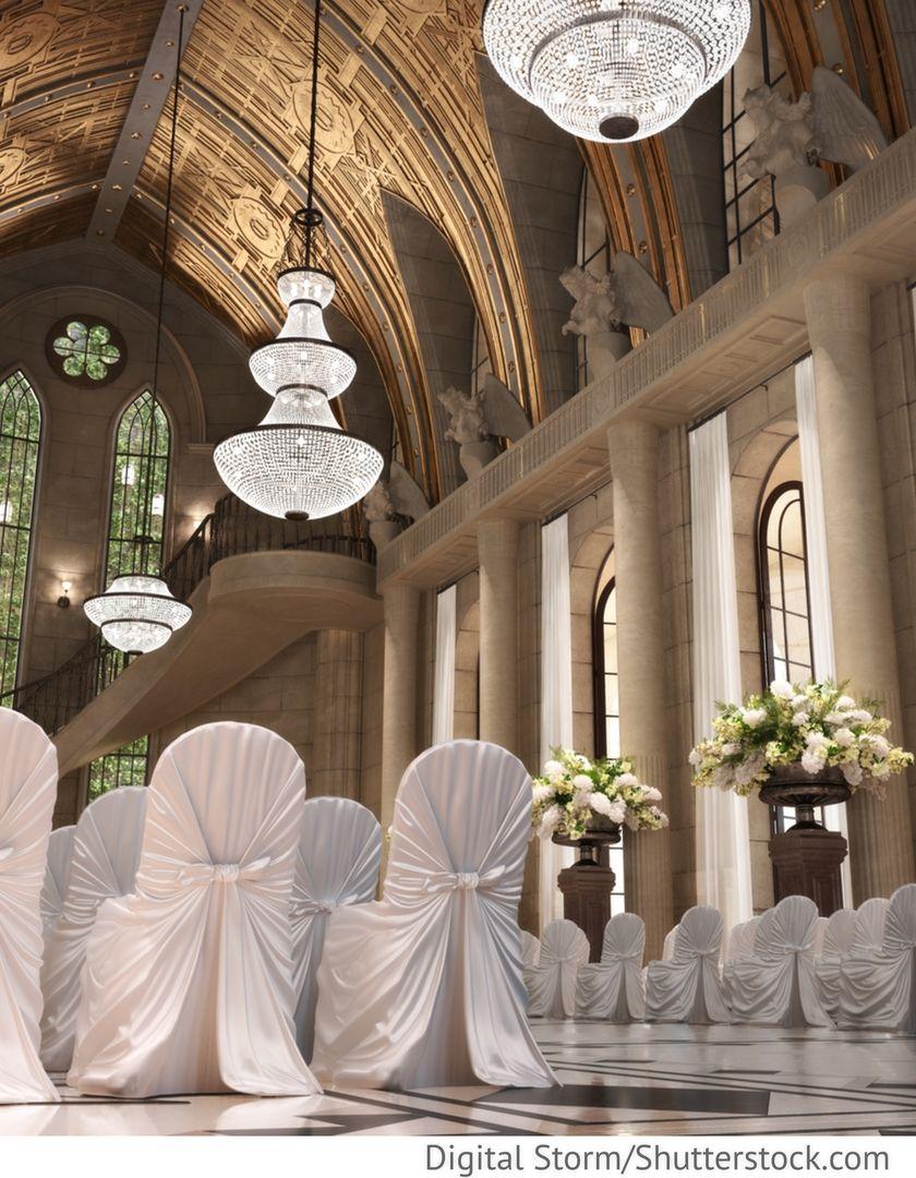 Trauung In Der Kirche Mit Hochzeitsblumen Stuhlhussen Weiss Fur