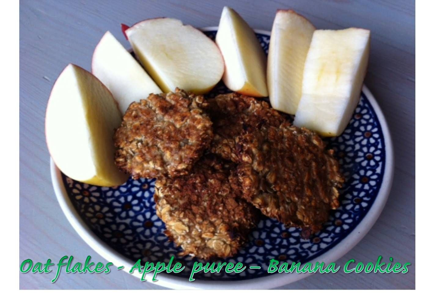 How about homemade oat-cookies for breakfast? Three main ingredients: oat flakes, apple puree and banana; flavored with cinnamon. Mixed together and baked for 30 min in 180°C. http://glutenfreelady.nl/oat-cookies/