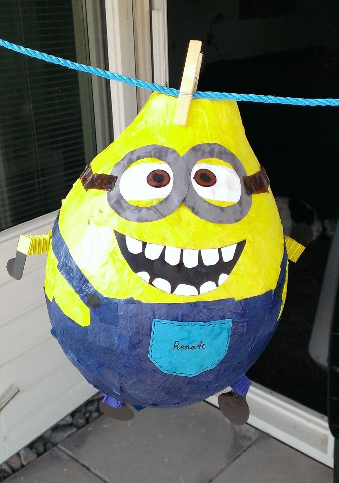 minion lampion van papier mache lampionnen pinterest sint maarten and craft. Black Bedroom Furniture Sets. Home Design Ideas