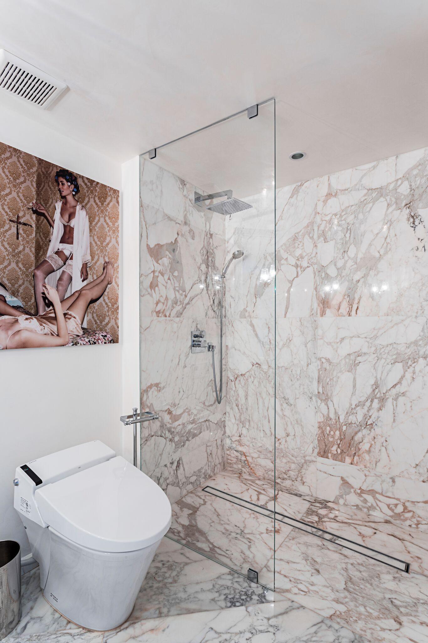 Calacatta Gold Marble. Modern bathroom by Marble Büro
