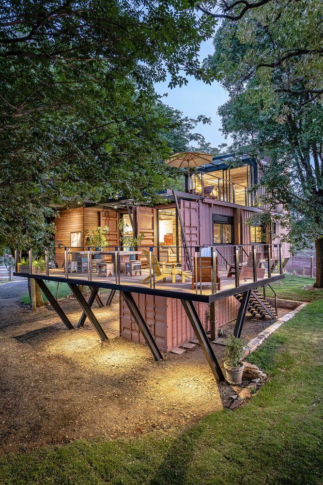 Cette maison container a choisi un design intérieur à base de bois recyclé - PLANETE DECO a homes world #containerhouse