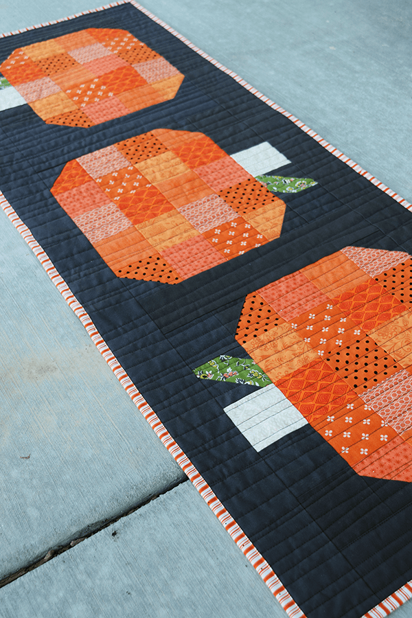 make this fall pumpkin table runner tutorial tabletoppers rh pinterest com