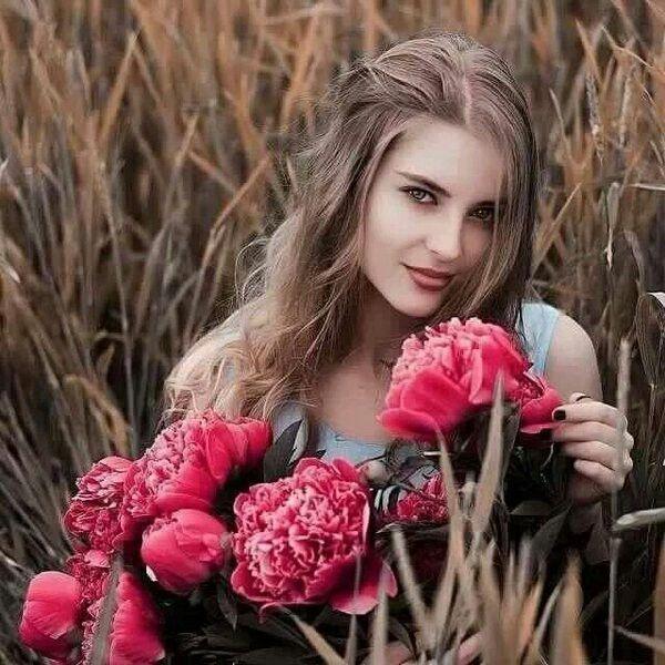 تسحرني ابتسامة تلك الانثى الهادئة يصحبها بريق نظرة ترسم عفوية ألبراءة تجعلني أذوب لهفة في جمال حضورها Beauty Crown Jewelry Crown