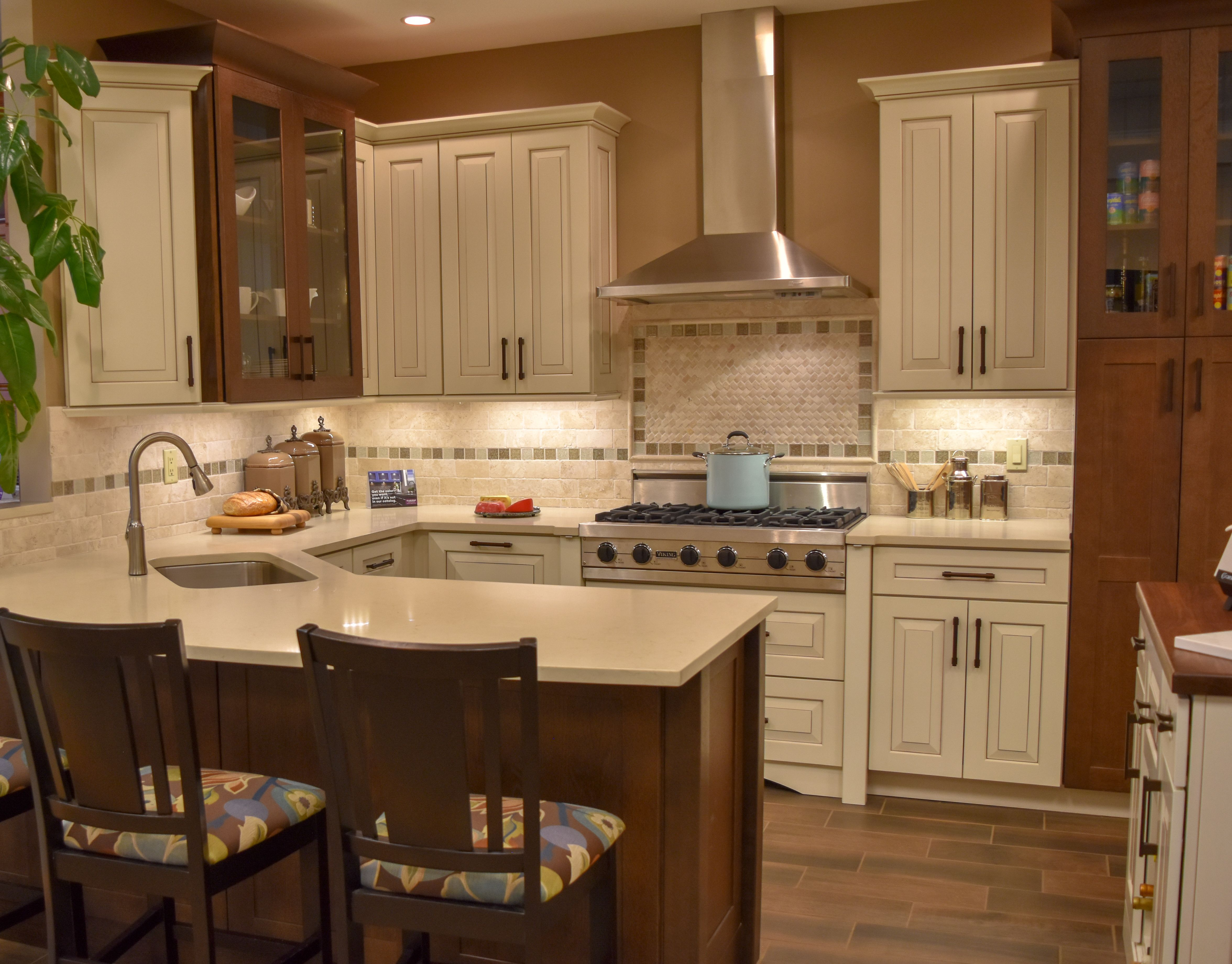 Kraftmaid Durango Maple Cabinets In Canvas With Cocoa Glaze Putnam Oak Accents With Saddle Kitchen Remodel Kitchen Bathroom Remodel Kitchen And Bath Showroom