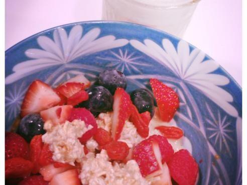 """Recette Petit déjeuner """"millefeuille"""" au lait d'amande, graines de chia et fruits"""