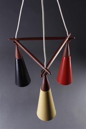 Pendel med boomerang formet ophæng af teak, monteret med tre koniske formede skærme af lakeret metal. 1960'erne. Dansk design. Enkelte ridser/mærker. H. 38 cm