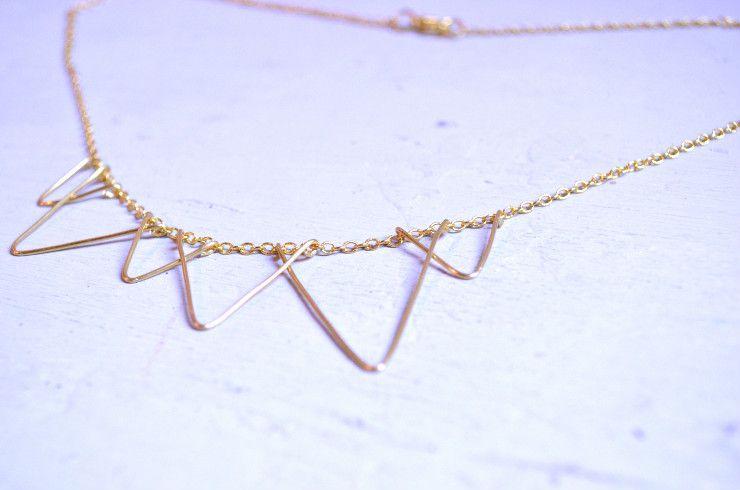 Una collana minimale con un motivo a triangoli: devo aggiungere altro? || A minimalist triangle necklace: no need to say more! | by Silvia Chelazzi – Born in '82 – via Ohoh Blog FB page